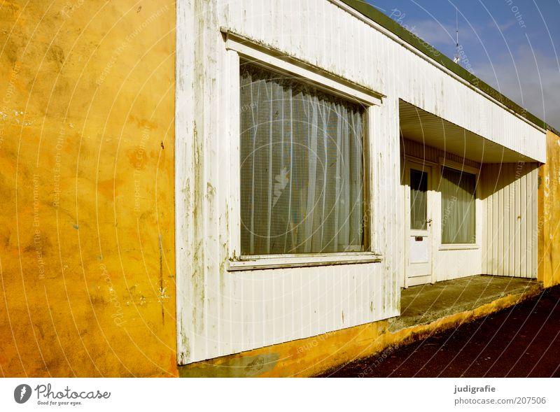 Färöer Haus gelb Fenster Gebäude Tür Fassade Häusliches Leben Hütte Bauwerk Eingang Gardine Einfamilienhaus Unterkunft Eingangstür Flachdach