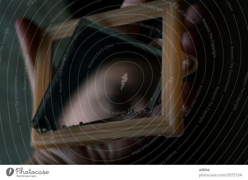 Frau Hand schwarz Gesicht Auge gefährlich kaputt Hautfalten Spiegel Geister u. Gespenster mystisch geschnitten Halt Objektfotografie Esprit wehtun