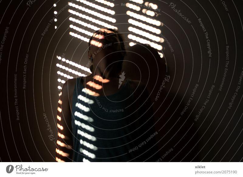Licht Frau Körper Streifen Schatten Haus Innenaufnahme Hälfte anlehnen Wand stumm Denken Wärme Reflexion & Spiegelung Kontrast schwarz grau Sonne verstecken