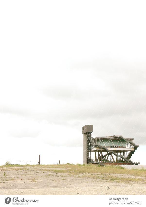 [H 10.1] gottverlassen. Himmel weiß grün Wolken Gebäude Kunst Architektur Erde trist kaputt Wandel & Veränderung Turm verfallen Verfall Bauwerk