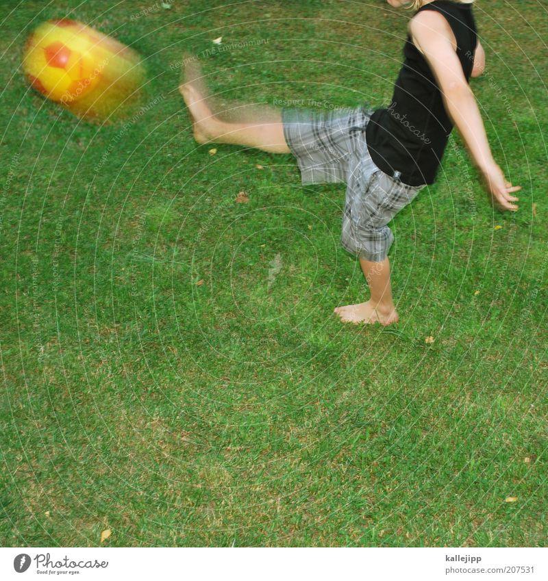 """""""ich bin özil."""" Freude Freizeit & Hobby Spielen Kinderspiel Sport Fußball Mensch Junge Leben 1 Pflanze Garten Wiese T-Shirt Stoff berühren Bewegung fliegen Ball"""