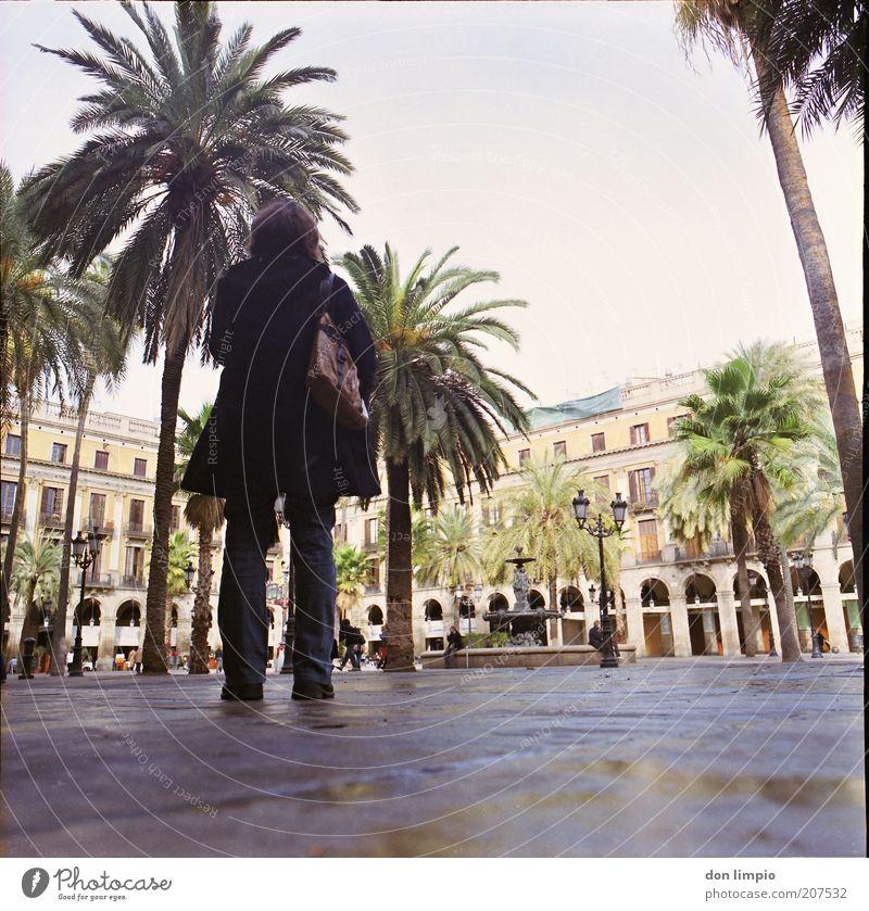 Barcelona Frau Mensch Stadt Sommer Ferien & Urlaub & Reisen ruhig Haus Stil Gebäude elegant nass Ausflug Europa Platz Tourismus stehen