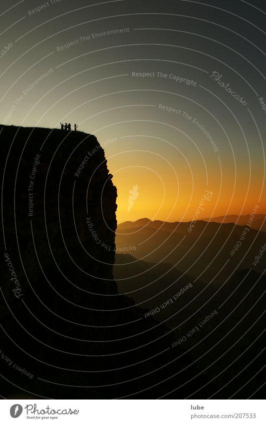 Vorsicht Abgrund ! Mensch Natur Ferien & Urlaub & Reisen Sommer Ferne Umwelt dunkel Landschaft Berge u. Gebirge Gefühle Freiheit Horizont Felsen wandern Ausflug