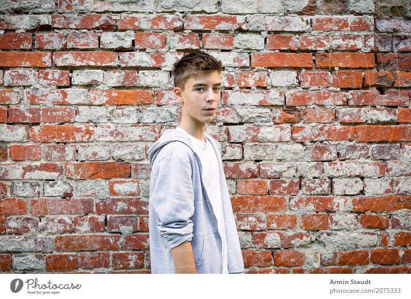 Porträt Mensch Jugendliche Mann schön Junger Mann rot Erwachsene Leben Wand Lifestyle Stil Mauer Mode Stimmung maskulin Zufriedenheit