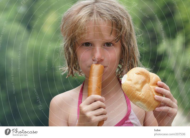 Wurst und Brot Mensch Kind Natur Mädchen grün Ferien & Urlaub & Reisen Ernährung Haare & Frisuren blond Essen Lebensmittel Ausflug Kindheit Appetit & Hunger