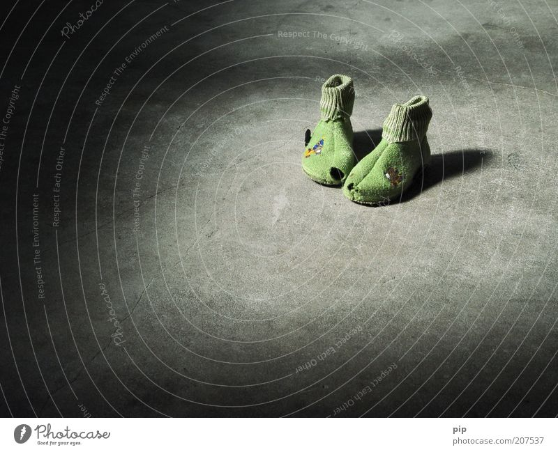 dunkelziffer Schuhe Hausschuhe Beton alt Armut gruselig kalt kaputt trist grau grün Traurigkeit Angst Gewalt Kindheit Vergänglichkeit Missbrauch abgetreten