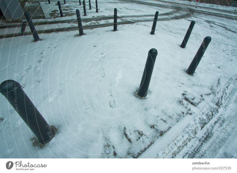 Erzwungene freie Eingabe Winter Einsamkeit Straße Schnee Wege & Pfade Platz trist Bürgersteig Fußweg Marktplatz Reifenspuren Begrenzung Poller Schneedecke Schneespur