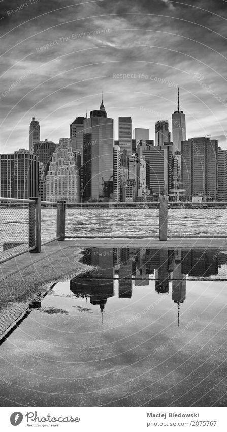 Manhattan Skyline spiegelt sich in einer Pfütze. Ferien & Urlaub & Reisen Himmel Stadt Stadtzentrum Hochhaus Gebäude Architektur Straße retro grau schwarz weiß