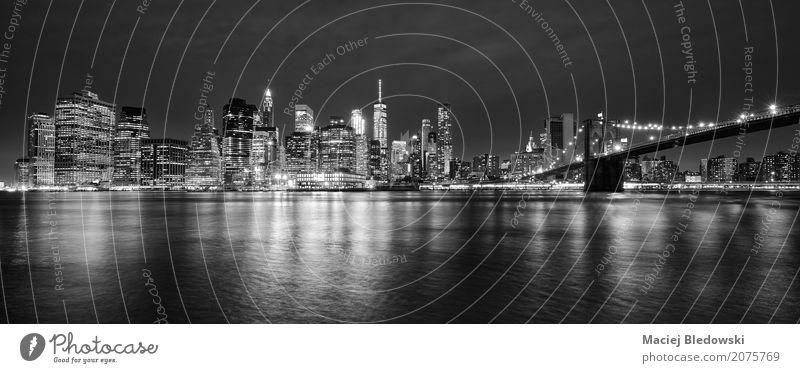 Manhattan Panorama bei Nacht. Stadt Skyline Hochhaus Brücke Gebäude Architektur Sehenswürdigkeit Wahrzeichen reich grau schwarz weiß Ferien & Urlaub & Reisen
