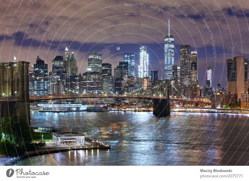 Zunehmende Mondsichel über Manhattan. Ferien & Urlaub & Reisen Stadt schön schwarz Architektur Gebäude Business rosa modern Hochhaus USA einzigartig Ziel