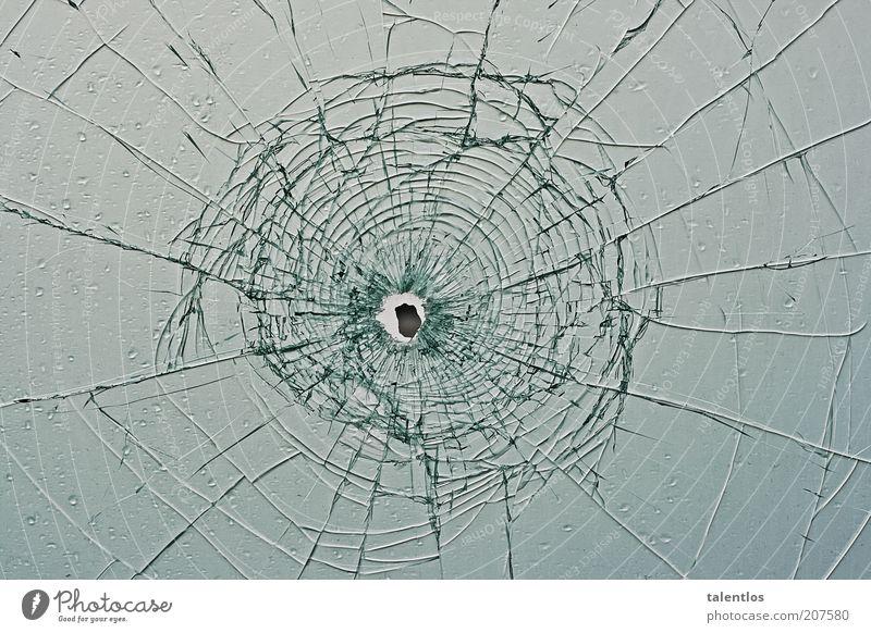 Einschuss Fenster Glas kaputt Zerbrochenes Fenster zerbrochenes glas einschuss Farbfoto Außenaufnahme abstrakt Muster Strukturen & Formen Textfreiraum links