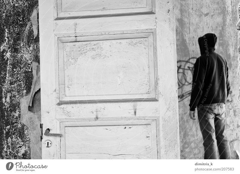 Kapuze Tapete Raum Mann Erwachsene Menschenleer Haus Ruine Mauer Wand Tür Holz Graffiti alt dreckig retro trist schwarz weiß Einsamkeit Surrealismus Verfall