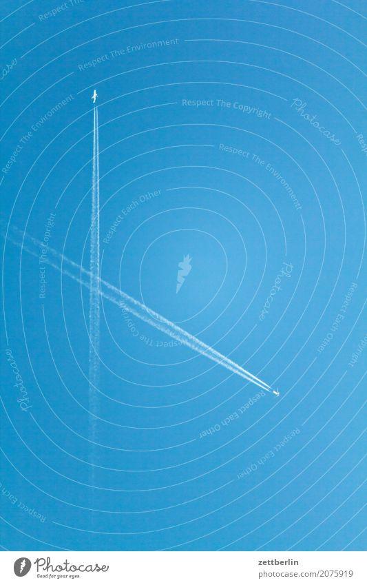 Flüchtige Begegnung Kondensstreifen Luftverkehr Flugzeug Himmel Himmel (Jenseits) Blauer Himmel himmelblau Linie Luftverschmutzung Menschenleer