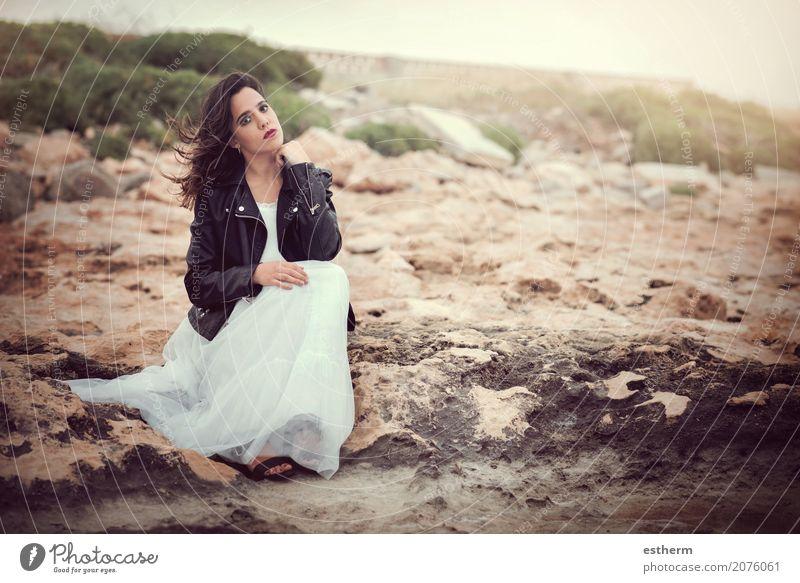 Nachdenkliche Frau, die auf den Felsen sitzt Mensch Jugendliche Junge Frau schön 18-30 Jahre Erwachsene Lifestyle Gefühle feminin Stil Mode Denken elegant trist