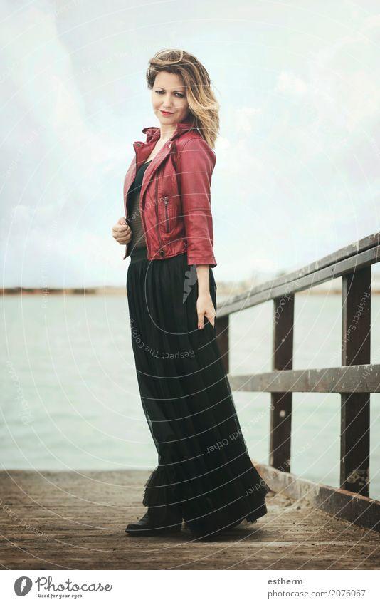 Glückliche schöne Frau vor dem Meer Lifestyle elegant Stil Freude Freiheit Mensch feminin Junge Frau Jugendliche Erwachsene 1 30-45 Jahre Mode Bekleidung Jacke