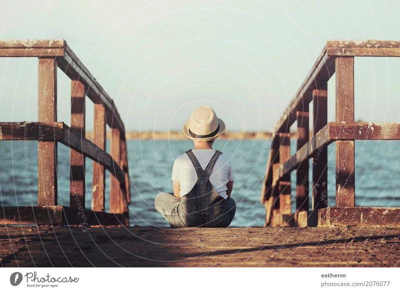 Nachdenklicher Junge, der das Meer betrachtet Mensch Kind Ferien & Urlaub & Reisen Einsamkeit Strand Lifestyle Traurigkeit Küste Freiheit Denken See träumen