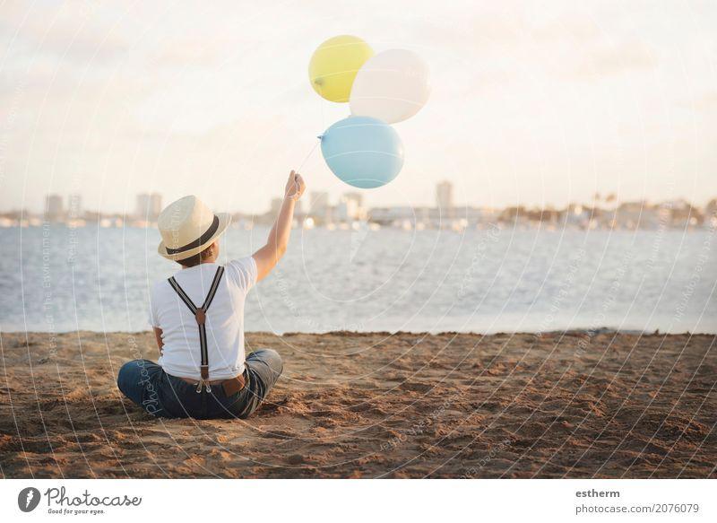 kleiner Junge mit bunten Luftballons Mensch Kind Ferien & Urlaub & Reisen Einsamkeit Freude Strand Lifestyle Gefühle Küste Glück Freiheit träumen maskulin