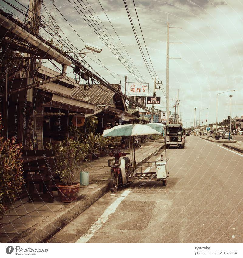 Straßen in Khao Lak alt Stadt ruhig Wärme Leben Tourismus retro Schilder & Markierungen heiß Restaurant Café exotisch Bar Sonnenschirm Strommast