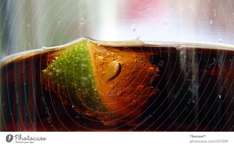 cuba Frucht Getränk Limonade Alkohol Longdrink Cocktail Cola Glas exotisch Flüssigkeit frisch lecker saftig sauer braun grün Limone sprudelnd Blase Farbfoto