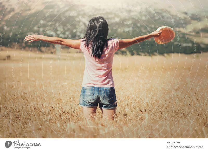 Frau auf dem Weizengebiet Mensch Ferien & Urlaub & Reisen Jugendliche Junge Frau Sommer Freude Erwachsene Lifestyle Gefühle Gesundheit feminin Freiheit Ausflug