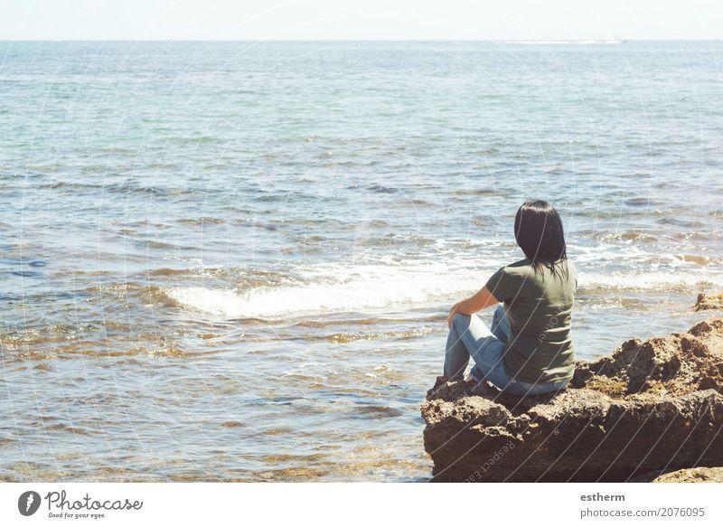 Nachdenkliche Frau, die das Meer betrachtet Lifestyle Wellness Ferien & Urlaub & Reisen Ausflug Freiheit Mensch feminin Junge Frau Jugendliche Erwachsene 1
