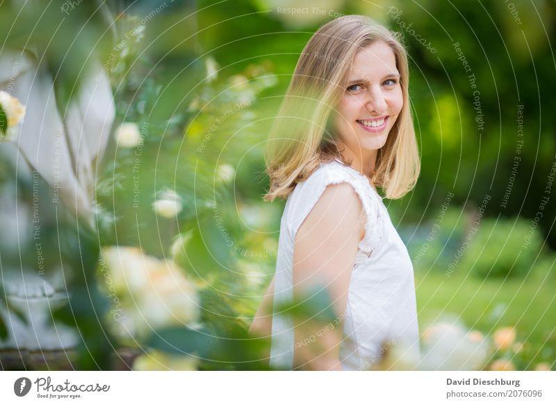 Ann-Sophie feminin Junge Frau Jugendliche 1 Mensch 18-30 Jahre Erwachsene Natur Frühling Sommer Schönes Wetter Pflanze Baum Blume Garten Park T-Shirt blond