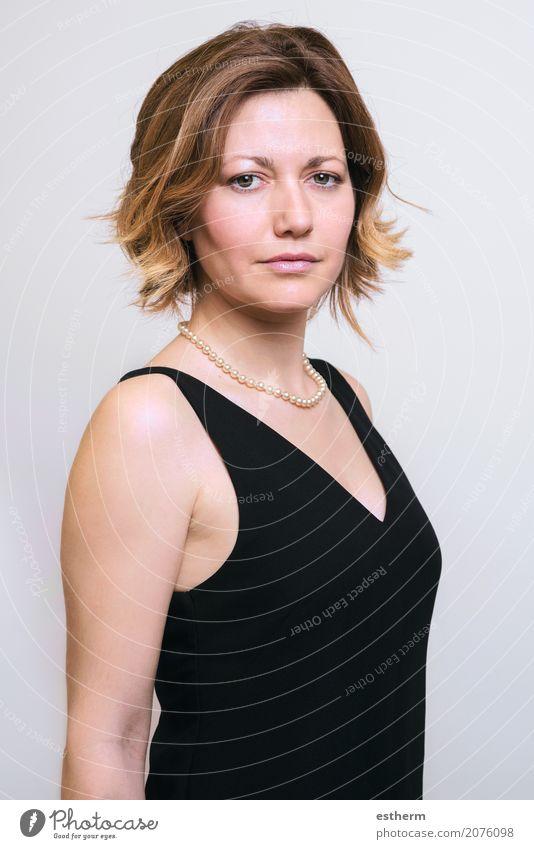 Portrait der hübschen Frau Mensch Jugendliche Junge Frau schön Erholung ruhig Erwachsene Lifestyle Gefühle feminin Stil Business Mode Zufriedenheit elegant