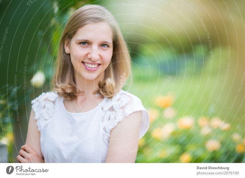 Ann-Sophie Junge Frau Jugendliche Gesicht 1 Mensch 18-30 Jahre Erwachsene Natur Frühling Sommer Schönes Wetter Pflanze Blume Garten Park T-Shirt blond Glück