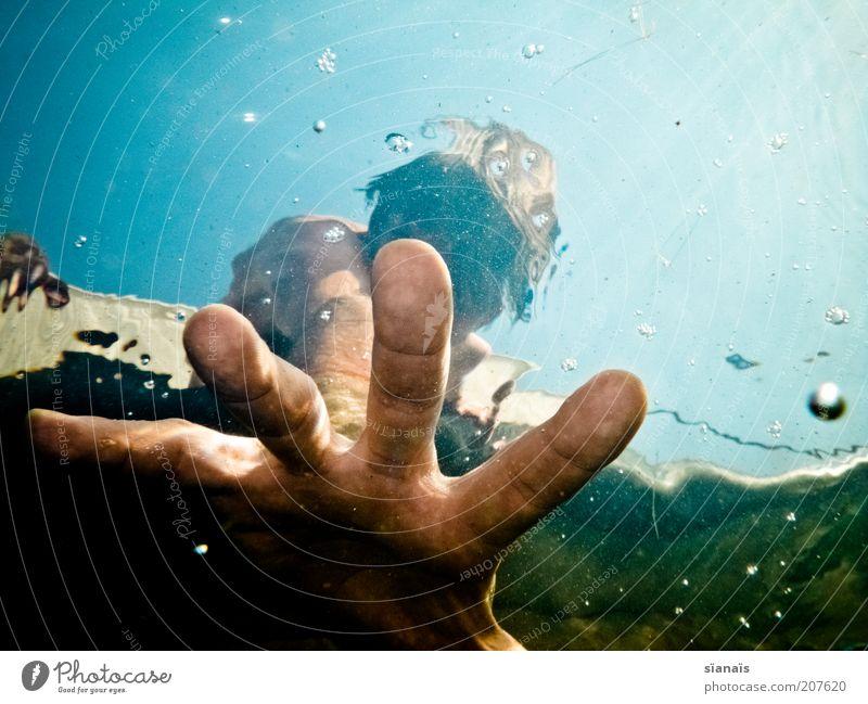 rettungsschwimmer Mensch Ferien & Urlaub & Reisen Mann Wasser Sommer Hand Erwachsene Leben Stil Schwimmen & Baden träumen maskulin Lifestyle bedrohlich Finger Hilfsbereitschaft