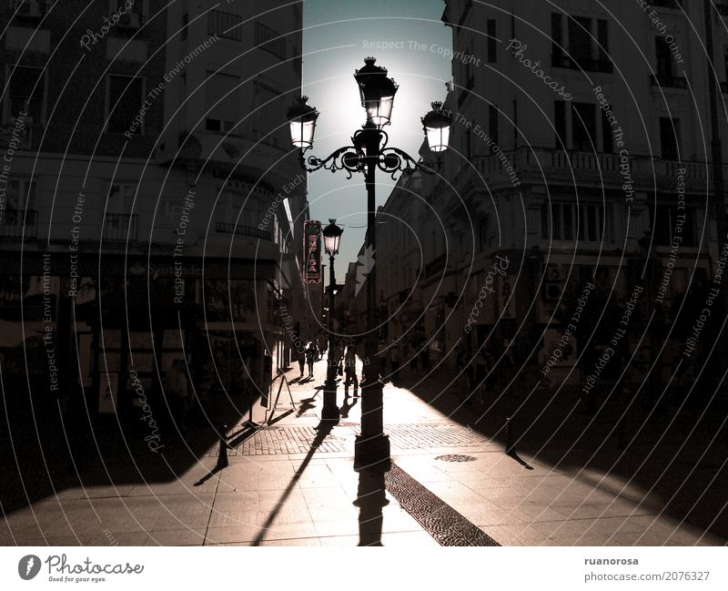Die Sonne, die kommt blau Stadt Einsamkeit braun hell Platz historisch heiß Kleinstadt