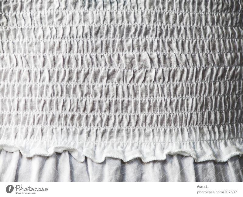 Smok Mode Kleid Stoff schön weiß Romantik Rüschen Faltenrock Farbfoto Nahaufnahme Detailaufnahme altmodisch retro Sommerkleid Stoffmuster Tag