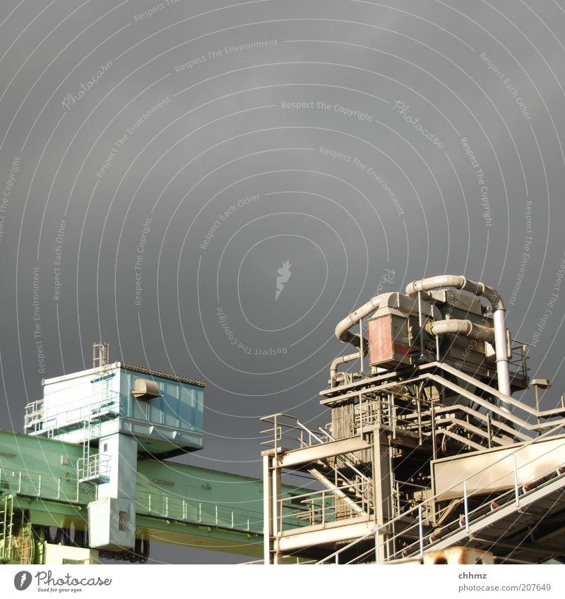 Donnerwetter Technik & Technologie Industrie Industriefotografie Industrieanlage Industriebau Silo Kran Hafen Metall bedrohlich grau grün Gewitter Wolken Röhren