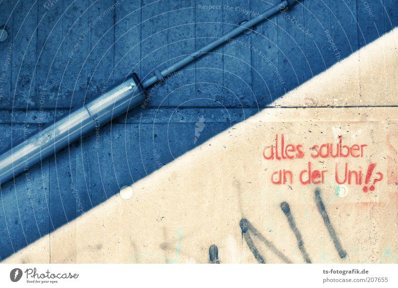 Putzfrauen-Graffiti I blau rot Wand Graffiti Mauer Gebäude Lampe Linie Fassade Beton Treppe Studium Schriftzeichen Kabel Kommunizieren Bildung
