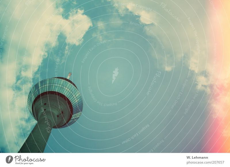 Lang Wellem blau grün rot gelb oben Beton Symbole & Metaphern Stahl Wahrzeichen Sehenswürdigkeit Fernsehturm Perspektive Wolkenhimmel Aussichtsturm