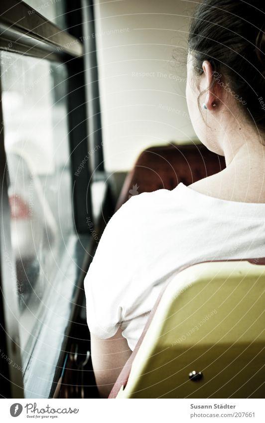 Anna Frau Mensch Jugendliche weiß Sommer ruhig Einsamkeit Straße Kopf Erwachsene Rücken Verkehr sitzen T-Shirt Bus Interesse