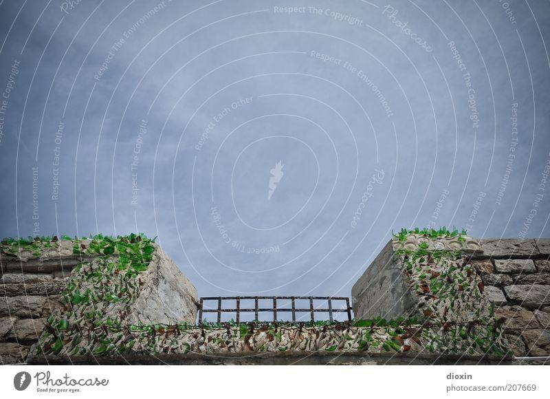 Du kommst hier net rein Himmel Wolken Menschenleer Bauwerk Architektur Mauer Wand Stein Glas bedrohlich blau grau Sicherheit Schutz gefährlich Einbruchsicher