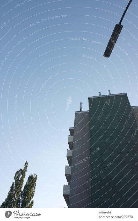 Wohnen im Grünen Baum Haus Gebäude Architektur Hochhaus Fassade Laterne Balkon Bauwerk Straßenbeleuchtung Plattenbau Textfreiraum Wohnhochhaus