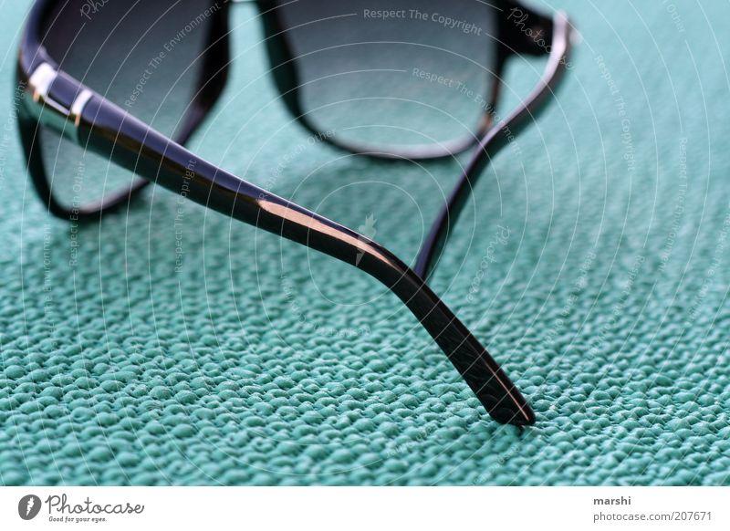 I wear my sunglasses... grün Sommer schwarz Stil liegen modern Brille Sonnenbrille Gummi Accessoire Wetterschutz sommerlich Sommertag Unterlage Brillengestell