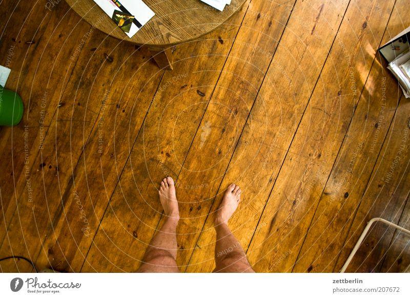 Im Kreise meiner Lieben Fuß stehen Raum Boden Bodenbelag Holz Holzfußboden Dielenboden Tisch Fuge Strukturen & Formen übersichtlich Vogelperspektive Farbfoto