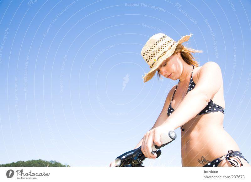 Puh, jetzt kann i nimmer Frau Jugendliche Himmel blau Sommer Erholung Wärme Fahrrad Pause stehen dünn Müdigkeit Hut Bikini machen