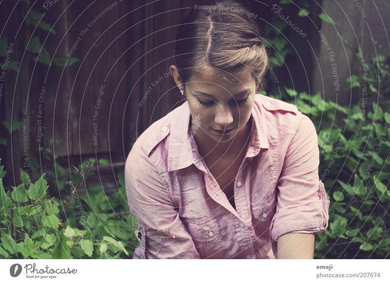 verliebt Mensch Jugendliche feminin träumen Zufriedenheit sitzen Hemd verträumt Scheitel Frauengesicht Junge Frau 18-30 Jahre
