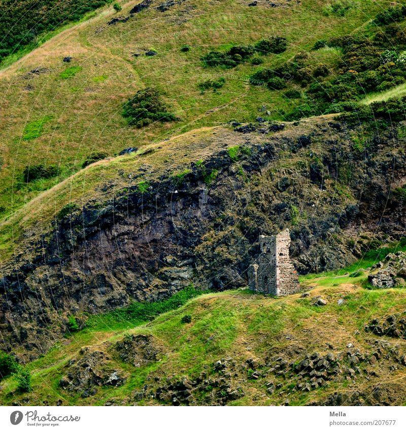 Ruinös alt grün Ferien & Urlaub & Reisen Einsamkeit Gebäude Zeit Ausflug Felsen kaputt Europa Kultur Hügel Vergänglichkeit verfallen geheimnisvoll Bauwerk