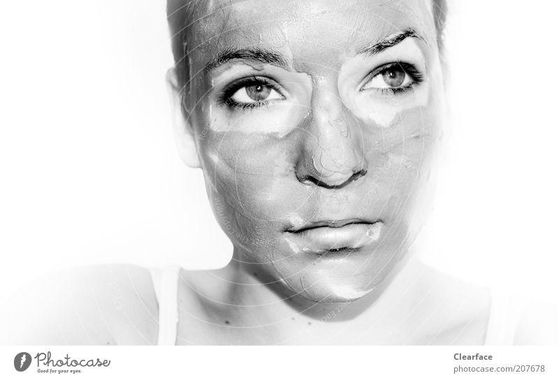 Äh, du hast da was im Gesicht ... Frau schön Erwachsene feminin Haare & Frisuren Traurigkeit Haut warten Wellness nachdenklich Kosmetik Schminke Körperpflege
