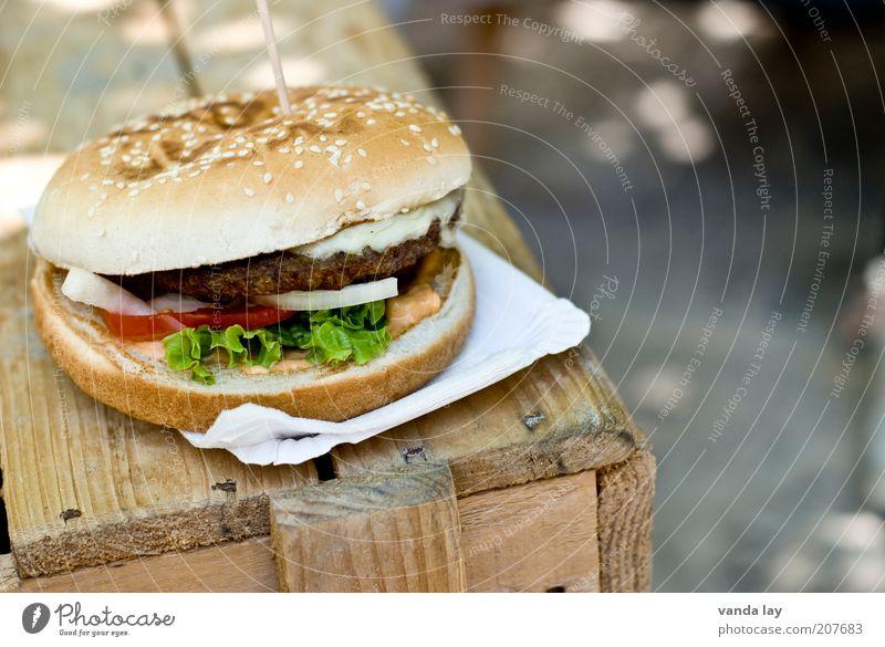 Burger Lebensmittel Fleisch Brötchen Ernährung Fastfood Fingerfood dick Laster ungesund Hamburger Holz Tisch Zwiebel Salat Tomate Fett Kalorienreich pappteller