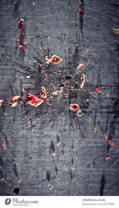 40km/h Lebensmittel Frucht Stein Beton Bewegung Aggression saftig Geschwindigkeit süß grau rot Völlerei Wut Ärger gereizt Gewalt Farbfoto Außenaufnahme kaputt