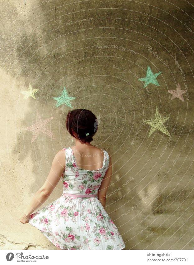 sterne sammeln. Mensch Jugendliche Erwachsene feminin Wand Freiheit Gefühle Glück träumen Mode Kunst Tanzen Fassade Beton Stern (Symbol) Kleid