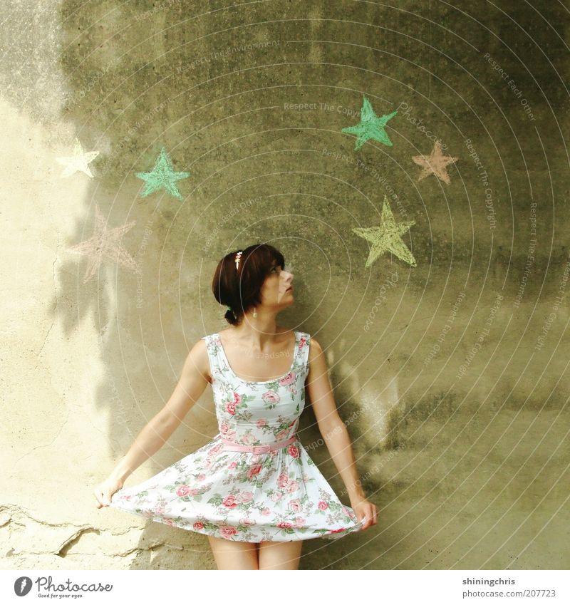 sterntaler Glück feminin Junge Frau Jugendliche 1 Mensch 18-30 Jahre Erwachsene Kunst Tanzen Balletttänzer Schönes Wetter Mode Bekleidung Kleid Beton Zeichen