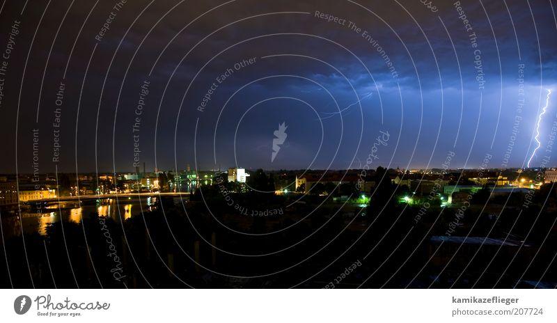 unwetter über berlin Natur Himmel Haus Wolken Umwelt gefährlich Blitze Skyline Gewitter Unwetter Urelemente Hauptstadt Nacht Stadtrand schlechtes Wetter