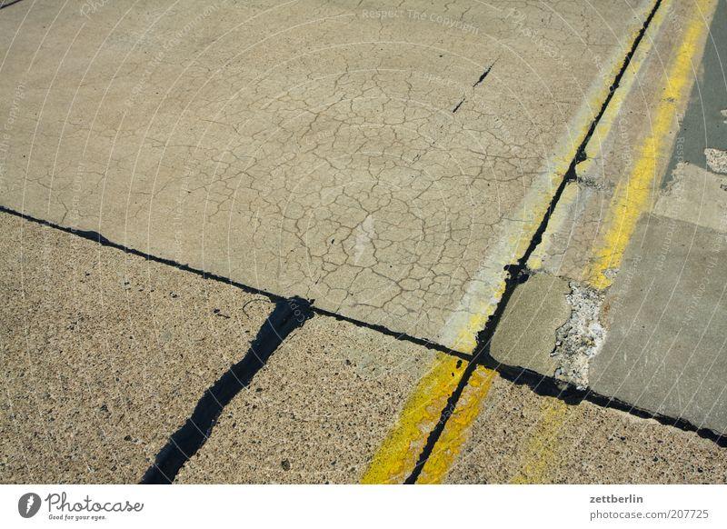 Fuge schwarz gelb Farbe Wege & Pfade Linie Luftverkehr Ecke trist Asphalt Verkehrswege Straßenkreuzung Flughafen Teer Fuge kreuzen Landebahn