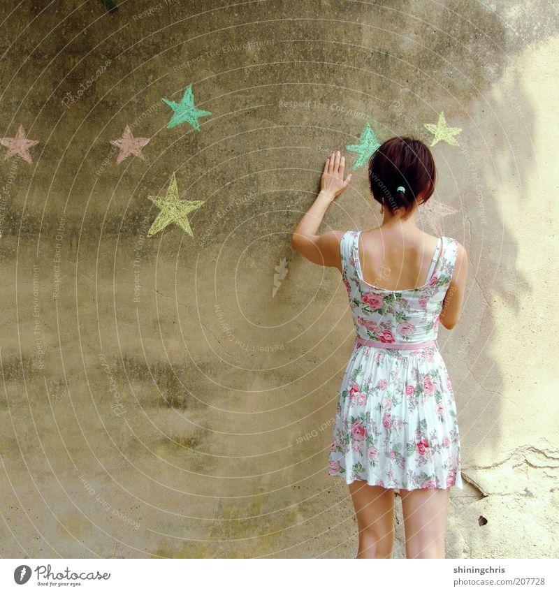 sterne malen. Freizeit & Hobby feminin Junge Frau Jugendliche 1 Mensch 18-30 Jahre Erwachsene Kunst Sommer Mode Kleid Zeichen Stern (Symbol) berühren zeichnen